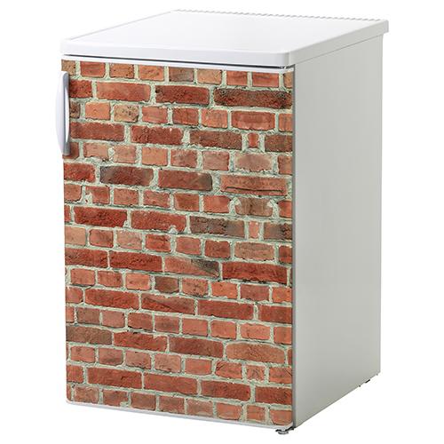 Petit frigo classique orné d'un sticker déco mur en brique rouge