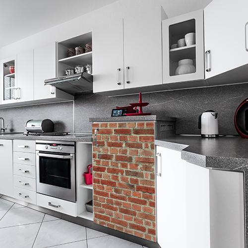Cuisine moderne grand luxe avec un petit frigo orné d'un sticker adhésif imitation briques rouges