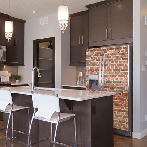 Cuisine classe avec un frigo américain imposant orné d'un faux mur de briques rouges adhésif
