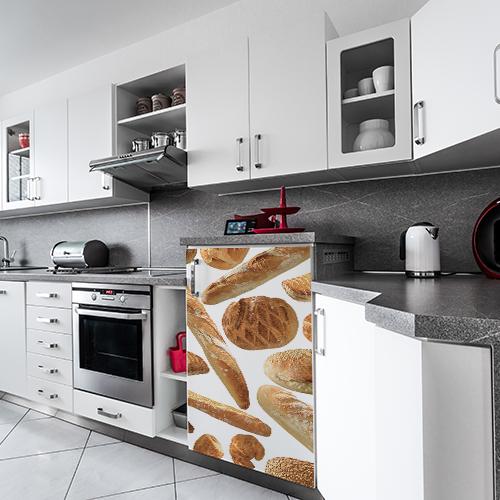 Cuisine moderne et tout équipée avec un sticker autocollant modèle boulangerie collé sur le frigo