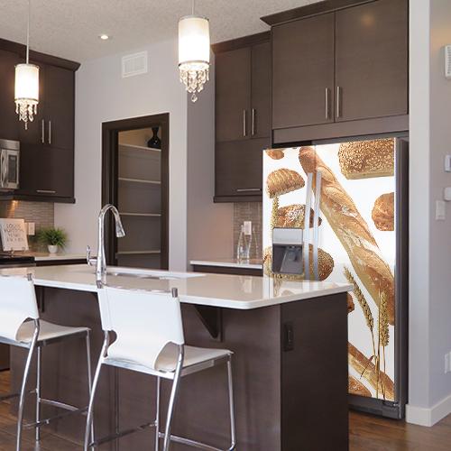 Grande cuisine américaine classe avec un frigo orné d'un sticker autocollant modèle Boulangerie