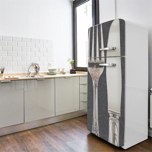 Cuisine classique blanche avec un frigo orné d'un sticker adhésif motif Baroque