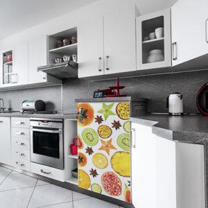 Cuisine moderne avec un sticker adhésif FRUITS EXOTIQUES collé sur le petit frigo
