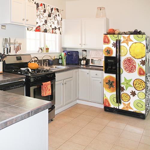 Frigo américain noir avec un sticker déco motif FRUITS EXOTIQUES dans une cuisine moderne