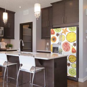 Cuisine très moderne avec un autocollant décoratif motif FRUITS EXOTIQUES collé sur le frigo Américain