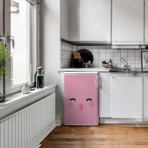 Cuisine moderne avec un sticker décoratif smiley bisou rose collé sur le petit frigo