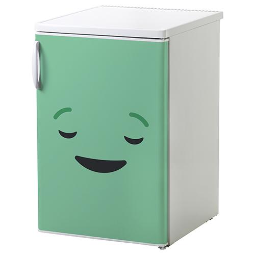 Petit frigo blanc décoré avec un Sticker adhésif décoratif smiley endormi vert