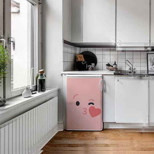 Autocollant décoratif Smiley Rose bisous coeur collé sur un frigo