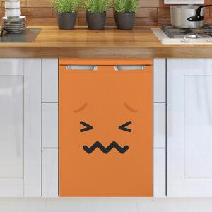 Lave vaisselle classique avec un sticker smiley orange collé dessus