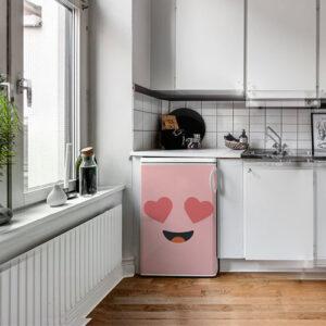Cuisine moderne et équipée avec un frigo orné d'un sticker décoratif Smiley Amoureux Rose