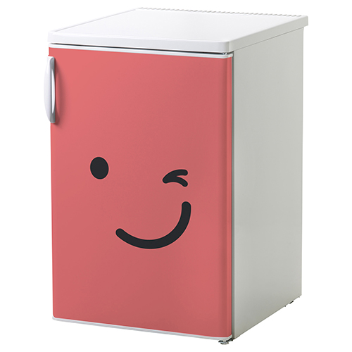 Petit frigo blanc orné d'un sticker autocollant smiley clin d'oeil rouge