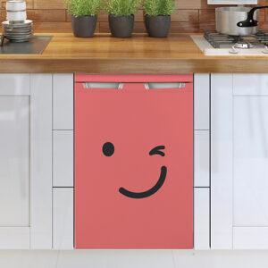 Sticker autocollant smiley clin d'oeil rouge collé sur le frigo d'une cuisine moderne