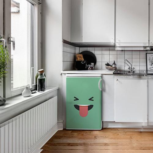 Cuisine couleur métal avec un sticker smiley taquin vert collé sur le petit frigo