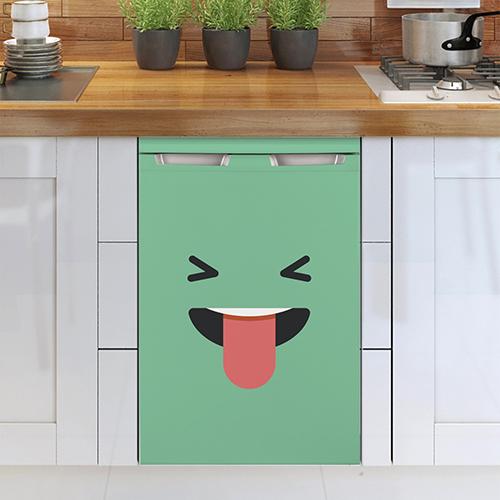 Lave vaisselle avec un sticker smiley taquin vert collé