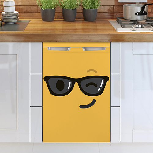 Cuisine moderne tout équipée avec un sticker smiley clin d'oeil jaune collé sur le frigo.