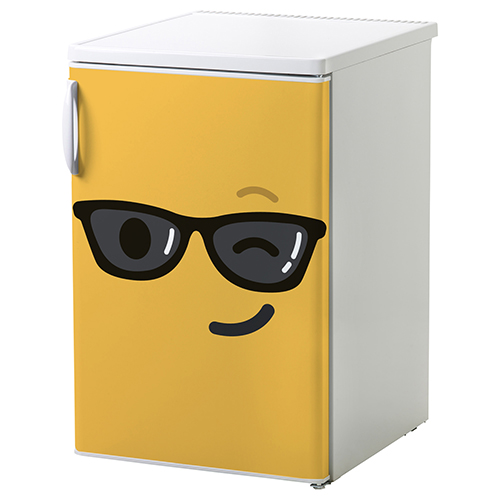 Petit frigo classique orné d'un sticker autocollant Smiley clin d'oeil jaune.