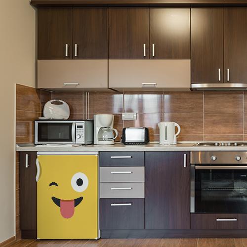 Cuisine moderne tout équipée avecun sticker autocollant smiley souriant jaune sur le frigo
