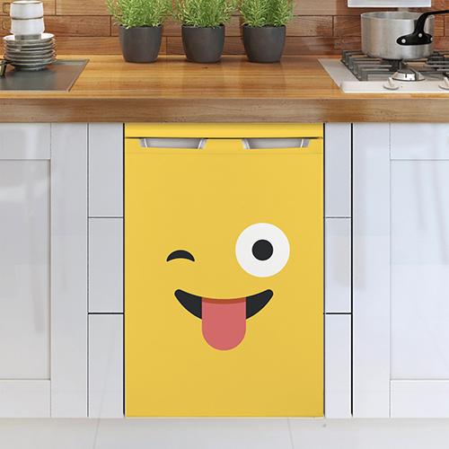 Cuisine moderne avec un sticker adhésif smiley jaune collé sur le lave vaisselle