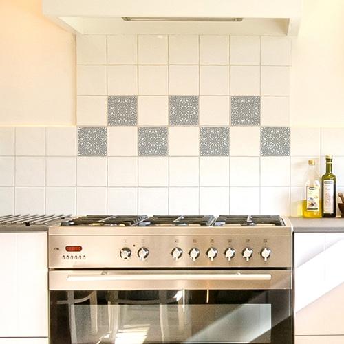 Sticker autocollant décoratif imitation ciment couleur souris collé dans une cuisine