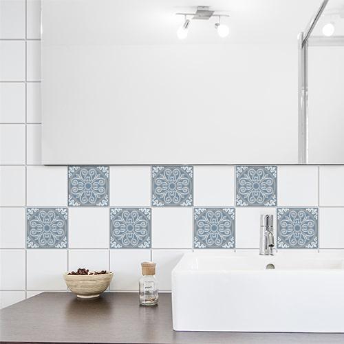 Autocollant décoration ciment souris bleu, blanc et gris pour carrelage blanc de salle de bain