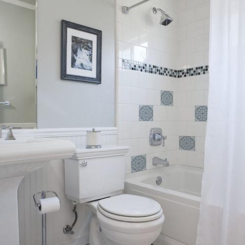 Sticker adhésif déco ciment souris bleu, blanc et gris pour carrelage blanc de salle de bain