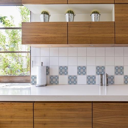 Sticker autocollant ciment souris bleu, blanc et gris pour décoration de carrelage blanc de cuisine en bois