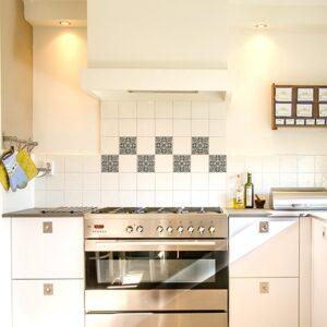 Sticker adhésif effet Carrelage Carreaux Ciment Vieillis Bleu et Taupe dans une cuisine