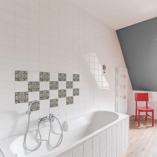 Adhésif Borgatella gris déco pour carrelage blanc de salle de bain avec baignoire