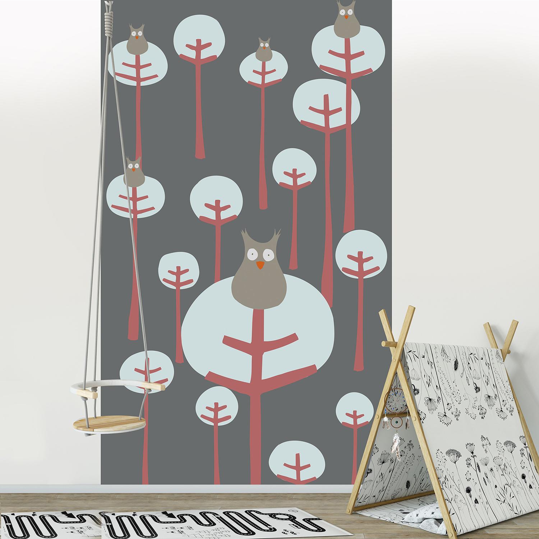 Visuel panoramique en papier intissé, fond gris foncé, forêt aux arbres épurés, petites chouettes grises, rouge, invitation à l'évasion, customisation simple de votre mur, entretien facile, idéal pour une chambre d'enfant.