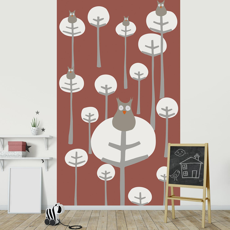 Papier intissé décoratif, visuel panoramique, dessin de petites chouettes grises, univers bienveillant, forêt d'arbres épurés, dynamisme des couleurs, customisation idéale pour chambre bébé.