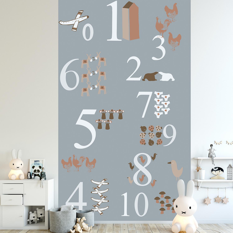 Papier intissé décoratif, customisation simple d'un mur de chambre pour enfant, illustration de chiffres et de numéros associés à des dessins rigolos, marron, gris et rouge, facile à entretenir.