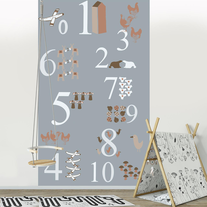Visuel panoramique en papier intissé, marron, rouge et gris, customisation simple de votre mur, dessins rigolos d'animaux et d'objets sur fond gris, apprentissage des chiffres et des numéros, idéal pour une chambre d'enfant, 2.50 m x 1.50m.