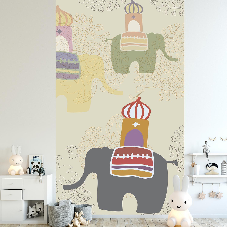 Papier intissé décoratif, customisation simple du mur d'une chambre pour enfant, illustration d'animaux majestueux, Inde, temples, ambiance zen et reposante, pastel, couleurs tendres, fond beige, facile à entretenir.
