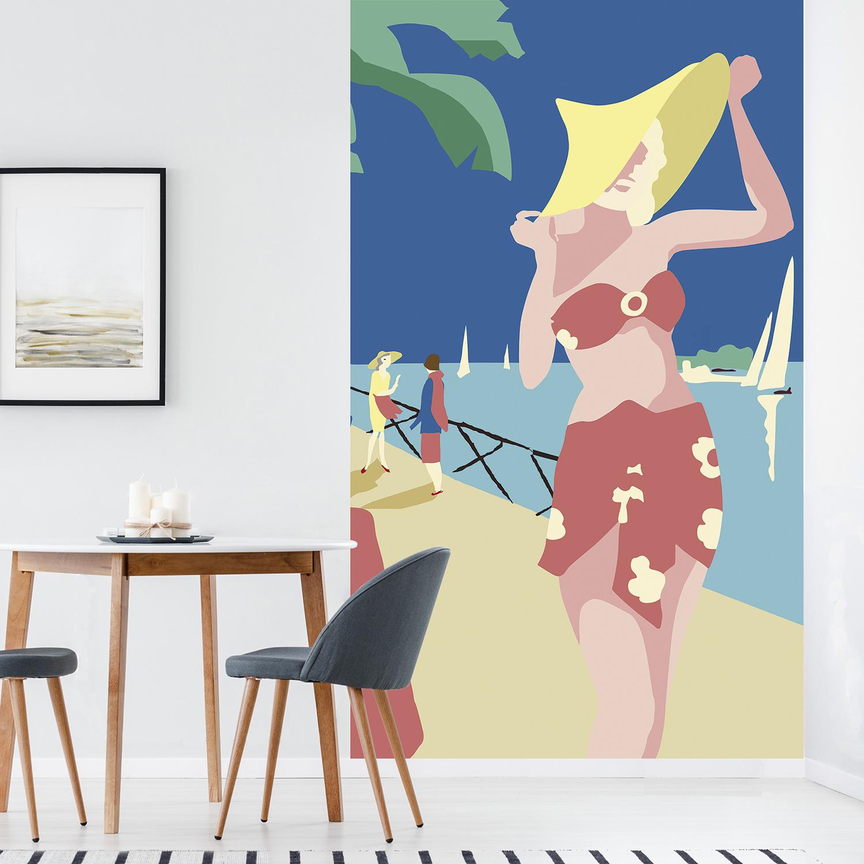 Papier intissé décoratif, customisation simple de votre mur, bleu, jaune, vieux rose et sable, facile à entretenir, illustration propice à la rêverie et à l'escapade, thème vacances ensoleillées en bord de mer, palmier et voiliers.