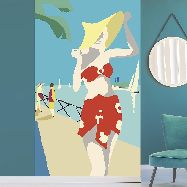 Papier intissé décoratif, customisation simple de votre mur, allure rétro chic, illustration de femme en bord de mer, maillot de bain rouge, chapeau jaune, mer bleu azur, feuilles de palmiers, voiliers, facile à entretenir, idéal pour une chambre ou un salon, 2.50 m x 1.50m