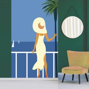 Poster géant en intissé, panoramique, facile à poser, couverture de magasine, bord de mer, dame chic à la robe fendue et au large chapeau, fond ciel et mer bleu azur, palmier et voiliers, années 60.