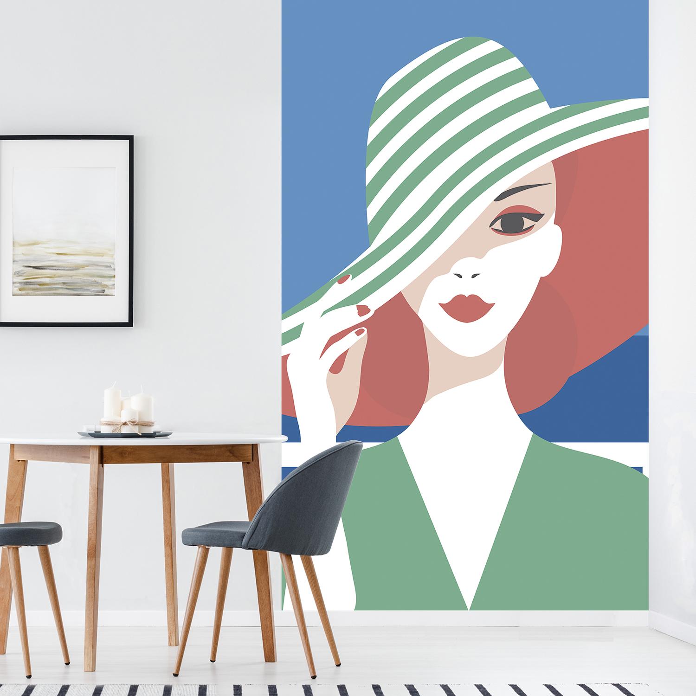 panoramique dame au chapeau vert dans une salle à manger